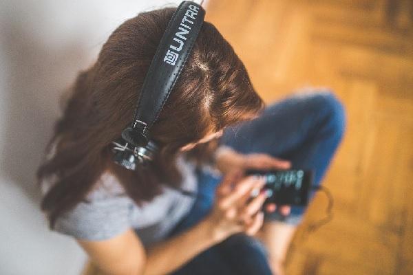 Uso excessivo de fones de ouvido pode causar perda auditiva