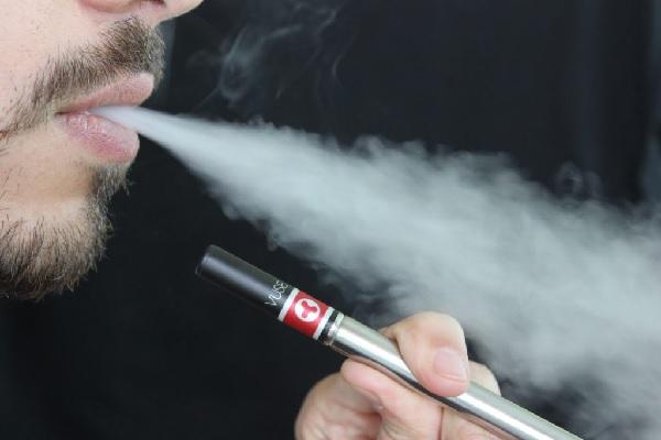 Não é só vapor: conheça o cigarro eletrônico e o narguilé