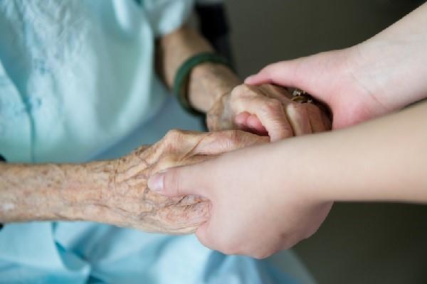 Regulamentação da profissão de cuidador de idosos não interfere na Enfermagem
